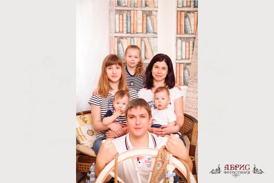 Семейная фотосессия, прекрасной, дружной и можно сказать многодетной семьи в фотостудии Абрис в городе Томске.